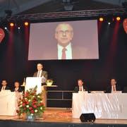 Markus Hobi, Präsident des Verwaltungsrats, flankiert von seiner Vorstandskollegin und den -kollegen, führt durch die Generalversammlung der Raiffeisenbank Obertoggenburg. (Bild: Adi Lippuner)