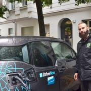 Velokurier Vitor bringt einem Kunden Saft für das E-Auto. (Bild: Christoph Reichmuth)