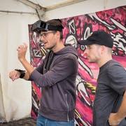Briefing vor dem ersten Spiel. Noch ist die Virtual-Reality-Brille nicht ganz auf - der Spielarm mit dem Display steuert die Bewegungen. (Bilder: Hanspeter Schiess)
