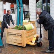 Vize-Gemeindepräsident Enrico Kämpf hilft Viktor Gschwend bei der Anlieferung der Biodiversitätsboxen. (Bild: Larissa Flammer)