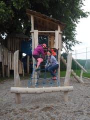 Die Kinder freuen sich über die neuen Spielgeräte rund um das Schulhaus Alterschwil. (Bild: Angelina Donati)