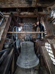 Peter Lustenberger, Leiter Infrastruktur, überprüft die Glocke. (Bild: Philipp Schmidli, Luzern, 9. April 2019)