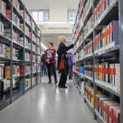 In der Bibliothek in der Hauptpost St.Gallen findet sich ein breites Angebot. (Bild: Urs Bucher)