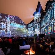 """Besucher verfolgen die Lichtprojektion """"Illuminarium"""" anlaesslich des Weihnachtsfestivals im Landesmuseum in Zuerich, aufgenommen am Donnerstag, 15. November 2018. (KEYSTONE/Ennio Leanza)"""