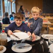 Gemeinsam den Tisch abzuräumen gehört im Schützenhaus in Abtwil dazu. (Bild: Benjamin Manser (22. Oktober 2019))