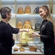 Verkaufssituation im Globus in Luzern. Eine Kundin (links) lässt sich von Arlinda Rraqi in der Schmuck und Accessoires-Abteilung beraten. (Archivbild: Pius Amrein)