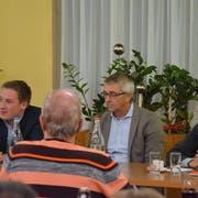 Von links: Lukas Reimann (SVP), Moderator Marco Baumann (SVP Ortsparteipräsident) und Fabian Molina (SP). (Bild: Christoph Heer)