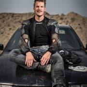 Würde auch als Mad Max durchgehen: Manuel Schweizer auf seinem Trainings-BMW in der Lütisburger Kiesgrube. (Bild: Benjamin Manser)