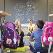Buben haben mehr Mühe damit, stillzusitzen: Ihre Unruhe werde fälschlicherweise als Problem empfunden. Darunter leidet der Schulerfolg. (Bild: Gian Ehrenzeller/Keystone)