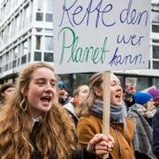 Schüler demonstrieren am Klimastreik in St.Gallen.