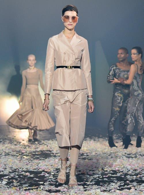 Netztop zum Jupeklassiker, Hosenanzug über Netzleggins bei Dior.