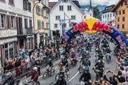 Los gehts: In Sarnen starteten am Samstag gegen 1200 Töfflifahrer zum Red Bull Alpenbrevet. Die rund 100 Kilometer lange Rundfahrt führte bis nach Sörenberg und zurück. (Bild: Romina Amato/Red Bull Content Pool, Sarnen, 21. Juli 2018)