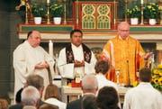 Pater Albert Nampara (Mitte), hier neben Jan Euskirchen (links) und Co-Dekan Alfredo Sacchi (rechts), beim Sonntags-Gottesdienst in der Pfarrkirche St. Peter und Paul, Oberägeri. Bild: Christof Borner-Keller