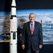 Fred Haise im Verkehrshaus neben einem Modell der Saturn V, welche für die Apollo-Missionen entwickelt worden ist. (Bild: Boris Bürgisser (Luzern, 12. Oktober 2018))