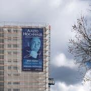 Mit dem Gesicht des Meisters – Architekt Alvar Aalto – wirbt man um neue Mieter für das Schönbühl-Hochhaus. (Bild: Pius Amrein, Luzern 13. März 2019)
