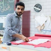 Feras Dabboura (27) hat im Lehratelier in Altdorf verschiedenste Bekleidungsstücke nach Mass gefertigt. (Bild: Boris Bürgisser, 27. Juni 2019)