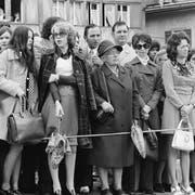 Erstmals nehmen an der Ausserrhoder Landsgemeinde in Trogen AR im April 1990 auch Frauen teil. Ein Jahr zuvor hatten die Ausserrhoder Männer an der denkwürdigen Landsgemeinde in Hundwil das Frauenstimmrecht beschlossen. (Bild: KEYSTONE/STR)
