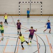 FC-Junioren beim Training im OZ Bünt - der Kunstrasenplatz wäre ganzjährig bespielbar. (Bild: Urs Bucher, 9. Februar 2017)