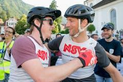 Einzelsieger Adrian Gerber (links) nimmt die Gratulation des zweitplatzierten Thomas Huber entgegen. (Bilder:André A.Niederberger (Stans, 7.Juli 2018))