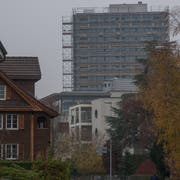 Die Überbauung beim Bahnhof Mattenhof wächst in die Höhe - der Druck auf die umliegenden Quartiere dürfte steigen. (Bild: Boris Bürgisser, Kriens 21. November 2018)