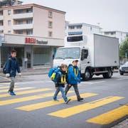 Viele Eltern sehen die Verkehrsverhältnisse auf der St.Gallerstrasse in Wittenbach mit Sorge. (Bild: Ralph Ribi)