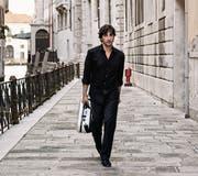 Avi Avital reist mit seiner Mandoline um die Welt. Hier spaziert er durch Venedig. (Bild: Harald Hoffmann/PD)