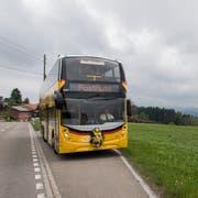 Blick auf den ersten gelben Doppelstöcker-Bus aus Grossbritannien, der an Postauto Ostschweiz abgeliefert wurde. Das Foto wurde bei der Medienpräsentation in Engelburg aufgenommen. (Bild: Keystone/Gian Ehrenzeller)