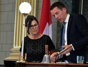 """Ivan Lous (SVP, Nesslau) übergibt sein Amt als Kantonsratspräsident an Imelda Stadler (FDP, Lütisburg). Nun ist sie für ein Jahr """"höchste St. Gallerin"""". (Bilder: Regina Kühne)"""