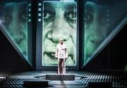 Frankensteins Geschöpf (Robert Hunger-Bühler) ist überzeugt, es sei nicht vollständig. (Bild: Tanja Dorendorf)