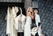 Warten in der Garderobe während des Hamlet-Monologs auf den Liebhaber: Diva Maria Tura (Diana Dengler) und Garderobiere Anna (Birgit Bücker). (Bild: Tanja Dorendorf)
