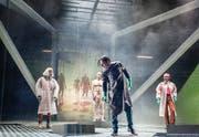 Viktor Frankenstein (Edmund Telgenkämper, Mitte vorne), hat die Kontrolle über sein Geschöpf (Robert Hunger-Bühler) längst verloren. Professorin Waldman (Inga Busch, links) und Dr. Walton (Julia Kreusch) versuchen zu retten, was zu retten ist. (Bild: Tanja Dorendorf)