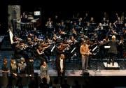 Das Late Night 2-Konzert der Lucerne Festival Academy mit Dirigentin Ruth Reinhardt und Saul Williams (im orangen Veston), einem ein Star der US-amerikanischen Slam-Poetry-Scene. (Bild Peter Fischli/Lucerne Festival)
