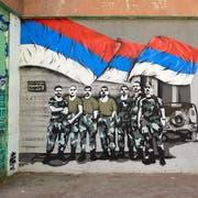 Ein Wandbild im dicht von Serben besiedelten Norden Kosovos glorifiziert serbisches Soldatentum. (Bild: Pierre Crom/Getty; Mitrovica, 20. Februar 2019)