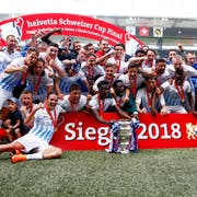 Der FC Zürich feiert den Cupsieg. (Bild: Marc Schumacher / Freshfocus)