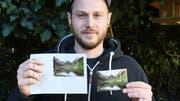 Der Amriswiler Fotograf Steve Hadorn hält seine Sondermarke mit dem Alpstein sowie den Ersttagsumschlag. (Bild: Yvonne Aldrovandi-Schläpfer)