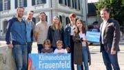 Bei der Überreichung der Petitionsunterschriften: das Komitee «Klimanotstand Frauenfeld» mit Stadtschreiber Ralph Limoncelli (r.).Bild: PD