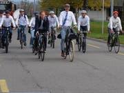 OK-Präsident Anders Stokholm (vorne rechts) und David Loosli (vorne links), sportlicher Leiter der Tour de Suisse, testen mit OK-Mitgliedern die Zielgerade vor der Frauenfelder Pferderennbahn. (Bild: Stefan Hilzinger)