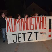 Das Wiler Klimakollektiv war auf die Ausrufung des Klimanotstands vorbereitet und feierte den Sieg mit einem Transparent vor dem Stadtparlament (Bild: Gianni Amstutz)