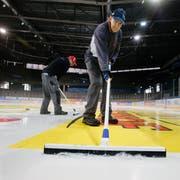 Hereinspaziert in die Bossard-Arena: Ab nächster Woche ist das Eis für die EVZ-Spieler bereit. Dafür sorgt auch Eismeister Erwin Fassbind. (Bild: Stefan Kaiser, Zug, 17. Juli 2019)