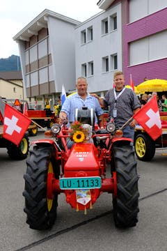 Der Aebi AM 53 von Vater Beat Bölsterli (51, links) und Sohn Matthias (15) aus Schachen bei Malters hat inzwischen mehr Kilometer auf dem Buckel als früher auf dem Bauernhof. Die beiden planen gar, damit über den Gotthard zu fahren.