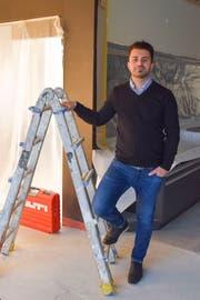 Serkan Akin ist der Wirt des neuen Cafés Intermezzo, das in rund zwei bis drei Wochen eröffnet. Bis dahin hilft der 32-Jährige bei den Umbau- und Renovationsarbeiten mit. (Bild: Miranda Diggelmann)