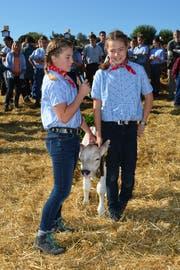 Sina Schättin (links) und Eva Huber stellen ihr Kalb Conny vor. (Bild: Beat Lanzendorfer)
