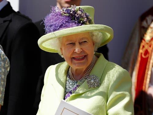 Die Königin scheint nach der Trauung ganz zufrieden zu sein. (AP Photo/Alastair Grant, pool)