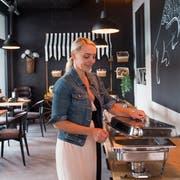Amilia Lokvancic von «Jack's Cevap House» bei den letzten Vorbereitungen für die Eröffnung ihres Lokals am 30. August 2019 im Krienser Mattenhof. (Bild: Boris Bürgisser)