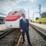 Stadler-Inhaber Peter Spuhler am Hauptsitz in Bussnang vor dem Hochgeschwindigkeitszug Giruno für die SBB. (Bild: Urs Bucher (18. Mai 2017))