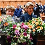 Viola Amherd, links, und Karin Keller-Sutter, freuen sich über ihre Wahlen in den Bundesrat. (Bild: Keystone)