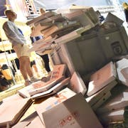Vor dem Pizzastand liegen Haufen von Kartonschachteln. Da für sie kein Depot fällig wird, landen sie im – oder neben – dem Abfallkübel. (Bild: Mario Testa)