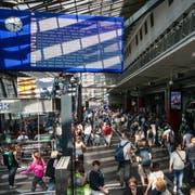 Die Anzeigetafel im Bahnhof Luzern ist heute schon gross. Im nächsten Frühling dürfte gar eine 100 Meter breite Videowand über den Perrons installiert werden. (Bild: Philipp Schmidli, 7. Juni 2018)