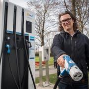 SP-Politiker Cyrill Studer Korevaar bei der E-Tankstelle Verkehrshaus. Bild: Boris Bürgisser (Luzern, 12. März 2019)