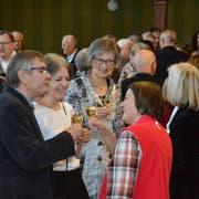 Anstossen mit Weinfelder Wein: Auch Parlamentspräsidentin Elsi Bärlocher trinkt mit den Weinfeldern aufs neue Jahr. (Bild: Christoph Heer)